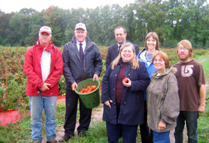 Photo of Jeff O'Hara, Secretary Kuperus, Mayor Ted Hussa, Rosemary Gilmartin, Katy Galton and other pantry volunteers