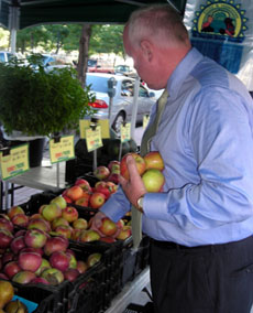 Photo of Secretary Kuperus shopping for apples at Newport Pavonia market