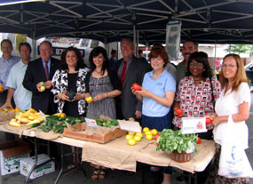 Photo of group at Elizabeth Farmers Market.