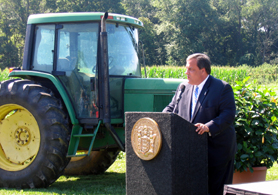 Photo of Governor Christie at Terhune Orchards - Click to enlarge