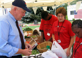 Photo of Secretary Kuperus and Glassboro youth farmstand workers - Click to enlarge