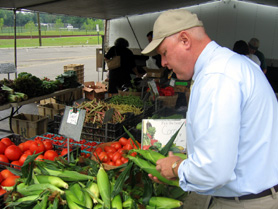 Photo of Secretary Kuperus at Hackensack Farmers Market