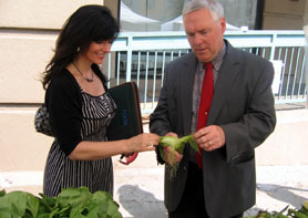 Photo of Diana Limbacher of USDA and Assistant Secretary of Agriculture Al Murray at Hoboken Farmers Market - Click to enlarge