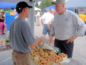 Photo of Secretary Kuperus at the Woodbury Farmers Market