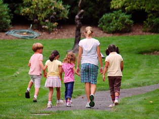 Children walking through the arboretum